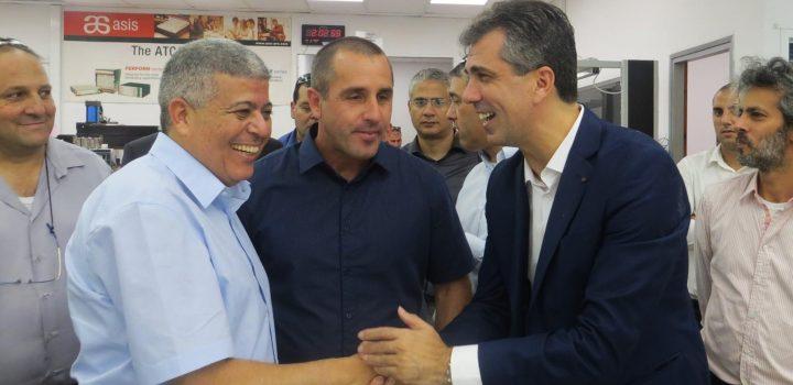 שר הכלכלה, אלי כהן, וראש עיריית אופקים, איציק דנינו, במפעל Trans Innovation Group