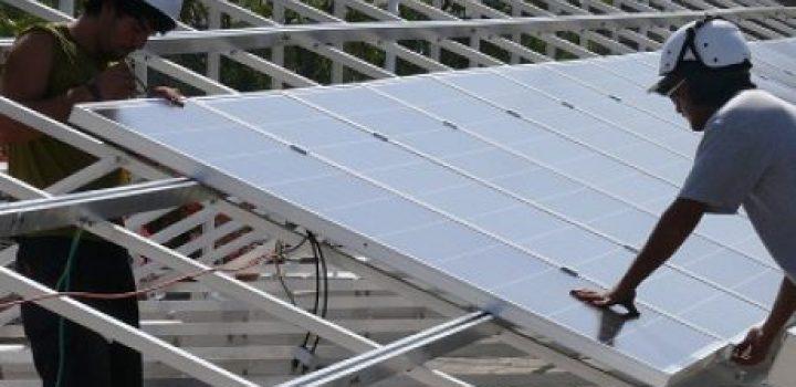 התקנת לוחות סולאריים על גגות המפעלים